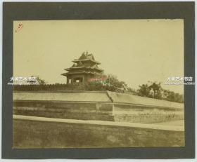 清代1900年代庚子事变时期,北京紫禁城故宫筒子河畔角楼老照片,年久失修比较破败。