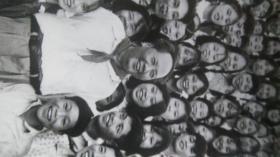 估计70年代的,8寸黑白新闻展览照片《伟大领袖毛主席永远活在我们心中》毛主席系列46    原物照相