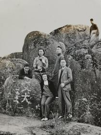 民国上海交通大学师生游览苏州天平山照片(石头上刻1938年和交大)