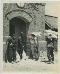 1946年联合国善后救济总署(UNRRA)对中国山东青岛李沧区一带的难民提供面粉进行救助老照片