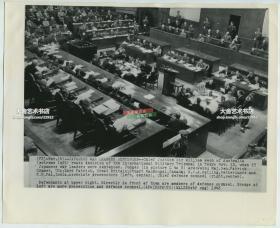 1948年美联社新闻传真照片一张: 1946年远东国际军事法庭在日本东京对第二次世界大战中日本首要甲级战犯的国际大审判,庭审现场全貌老照片,右侧的被告席上全是日本重要战犯
