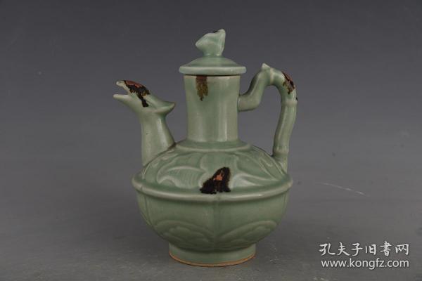 宋龍泉點釉刻花鳳嘴壺。