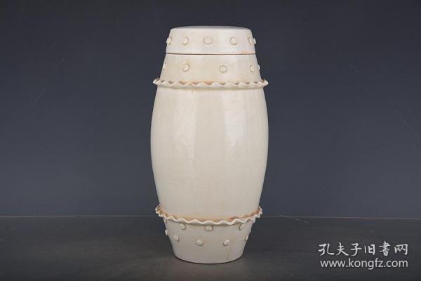 宋定窯帶鼓釘凳蓋罐。