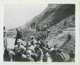 民国1943年四川重庆日军轰炸的警报响起时, 重庆市民排队进入防空掩体中躲避老照片。
