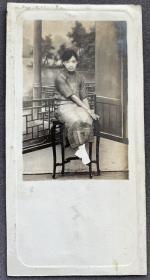 民国时期 相馆古典园林布景 旗袍淑女银盐老照片一枚