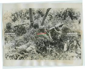 1937年中国国民党国军重机枪手严阵以待日军的进攻老照片