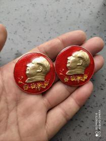 文革时期:毛主席梅花像章两枚。品相极佳