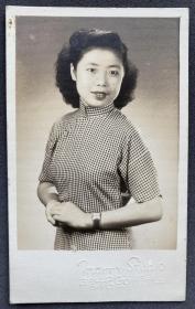 1951年 梅兰照相馆拍摄 旗袍美女签赠个人肖像照一枚(相纸较厚,签赠内容在背面)