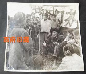 文革期间的特殊教育现象,【开门办学】,四川芦山县隆兴,请穿着草鞋老贫农忆苦思甜老照片,大尺寸,很适合装框做实物展览,从拍摄来讲,影像的视觉冲击力也很强烈。
