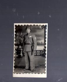 老照片;持枪军人【公安】7.7x4.8cm。