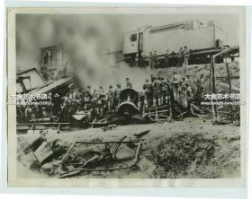 1932年5月日军从吉林前线撤下的部队,在黑龙江哈尔滨附近遭遇抵抗部队袭击老照片,军列脱轨损失惨重