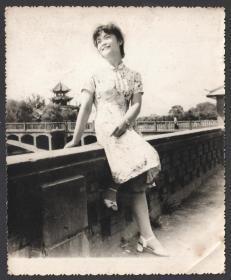 """八十年代初,成都望江楼公园玉津桥背景留念老照片,在当年也算地标建筑的""""打卡""""留念照了。"""