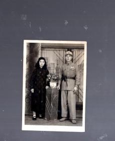 老照片;持枪军人、夫妻照。7.5x5.3cm