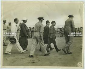 1945年8月19日二战日军投降代表团抵达菲律宾马尼拉伊江岛机场,接受投降的命令。正式投降签字仪式将在1945年9月2日(两周后),于东京湾停靠的密苏里号上进行。25.2X20.4厘米,泛银