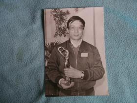 82年:夏振亚(阜宁籍,著名电影导演,画家、雕塑家) 《冠心病》获文化部一九八二年优秀影片奖领奖留影。背面有注识。