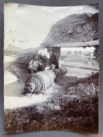 清末时期 日本学者与中国少年向导于炮台遗址合影 蛋白老照片一张(尺寸:14.2*10.5厘米)