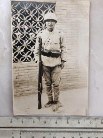民国抗战时期拿枪站岗的日本兵老照片
