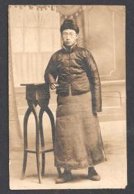 民国老照片,长袍马褂照相馆男子像