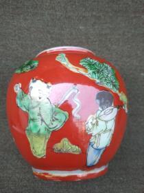 红釉人物罐