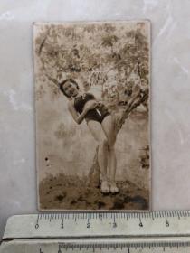 民国时期女影星梁氏四姐妹之一梁赛珠泳装美女老照片,上过电声杂志封面