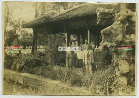 1941年6月8日,伪满洲国营林局高官在杭州西湖视察留影老照片,尺寸为15.9X11厘米。东北林业管理人物历史