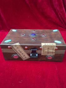 镶嵌宝石的木盒子