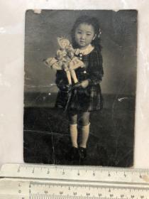 民国时期抱洋娃娃的小女孩老照片