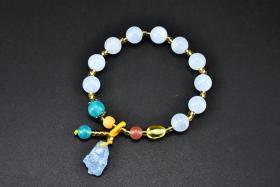 (丙4862)《海蓝宝手串》一件 天河石蜜蜡等配饰 样式精美 美丽的海蓝宝如同它的名字一样充满着浪漫的海洋气息 海蓝宝原石配饰 单颗直径:0.86cm 周长为:16cm 重量为:13.7克 。