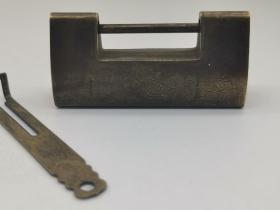 古玩铜器收藏,黄铜古锁,形制端正,做工精细!
