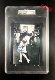 """""""永恒瞬间"""" 水兵乔治·曼多萨和护士葛丽塔·费德曼 双人共同签名""""世纪之吻""""经典照 三大签名鉴定公司之一PSA/DNA鉴定并封装"""