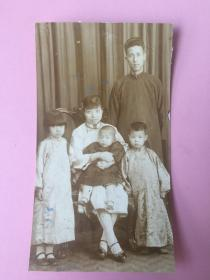 5张,民国照片,合售,知识分子,家庭合影照,衣着不错,母亲抱孩子,左右两个孩子眼神有趣,等等