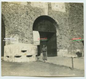 民国日军侵华期间江苏南京玄武门外侧城门洞老照片,有日军在地堡堡垒前站立。