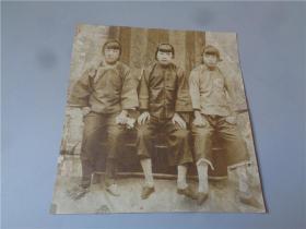 民国拍摄留刘海发穿大襟上衣马裤三寸金莲的三姐妹合影大照片