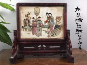 旧藏:红木人物插屏 规格:长25宽11高24.8cm 简介:纯手绘瓷板画人物插屏,纯手工制作,做工精细,绘画人物形象逼真,品相完整,成色如图。