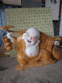 名家瓷雕塑(布袋和尚)作工精湛。