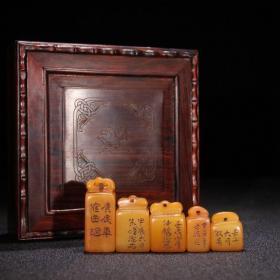 回流 田黄石 文房小印章一套 规格:高4.1宽2厚1.4cm 总重70g 品相纯朴,小巧精致,雕工老道,石质细腻,黄润透彻,印文完好,皮壳纯润。