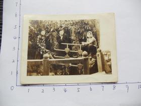 老照片14991-民国时期-三美女合影-奇特的扶手栏杆