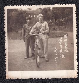 文革年代革命友谊军人自行车背枪老照片1张(尺寸约6*6厘米)1349