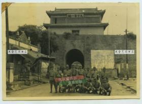 """民国三十年代,日寇占领河北秦皇岛山海关,日军在""""天下第一关""""城楼之下合影老照片,泛银"""
