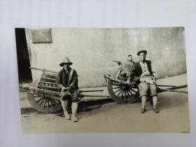 民国上海独轮车夫街边休息接活照片版老明信片