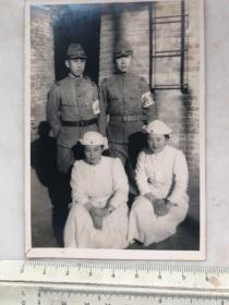 民国抗战时期日本鬼子宪兵与女护士合影老照片