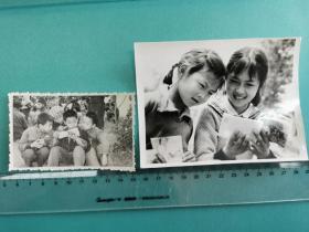 七零年代至1980年代,小男孩小女孩一起看连环画书的老照片三种