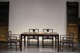 榉木四平马蹄腿画案,可做茶桌或餐桌,带四把椅子      古朴典雅,造型骨感硬气,品相完美,家,高档会所,别墅,雅间,使用收藏,彰显主人气质非凡的魅力。上乘榉木制作,长180,宽80,高78。