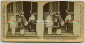 清末民国时期手工上色银盐立体照片-----清代富有的高社会阶层的广州女子,穿着华丽服装的贵妇与她的朋友们