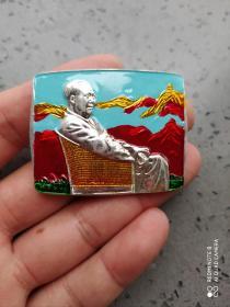文革时期:毛主席藤椅彩色方形像章。比较少见