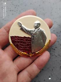文革时期:毛主席挥手彩色像章。黄背景比较大少见