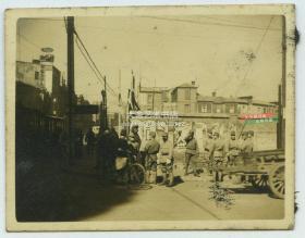 民国1940年左右天津日本租界中原公司附近的街道老照片,楼顶有大幅莱卡相机模型广告