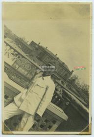 民国1940年左右天津日租界建筑顶端日军士兵留影老照片,有一个精美的鸟笼