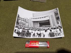 老照片·宣传照 (现太原市万柏林区)太原市公 安局河西分局依法对二十六名违法犯罪分子进行了逮捕或劳者  重机露天剧场 1987年8月6日