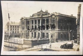 【史料照片】民国日军侵华时期上海黄浦路日本总领事馆大楼及周边景象,细节清晰可见。左侧为美国领事馆,右下角有日军军车和一摩托车。老照片内容少见,时期特殊,甚为难得